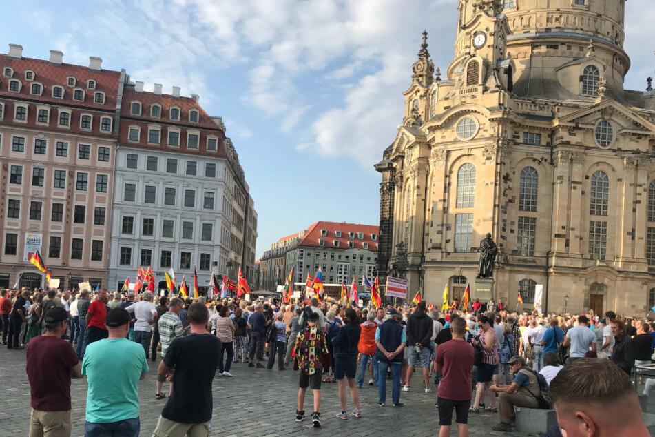 """Teilnehmer der """"PEGIDA""""-Versammlung am Montagabend auf dem Dresdner Neumarkt."""