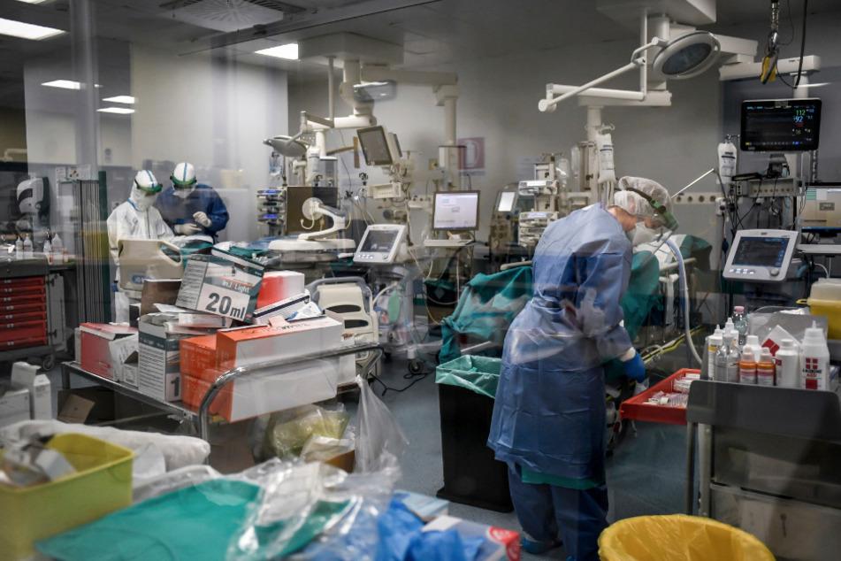 Ärzte arbeiten auf der Covid-19-Intensivstation in einem italienischen Krankenhaus.