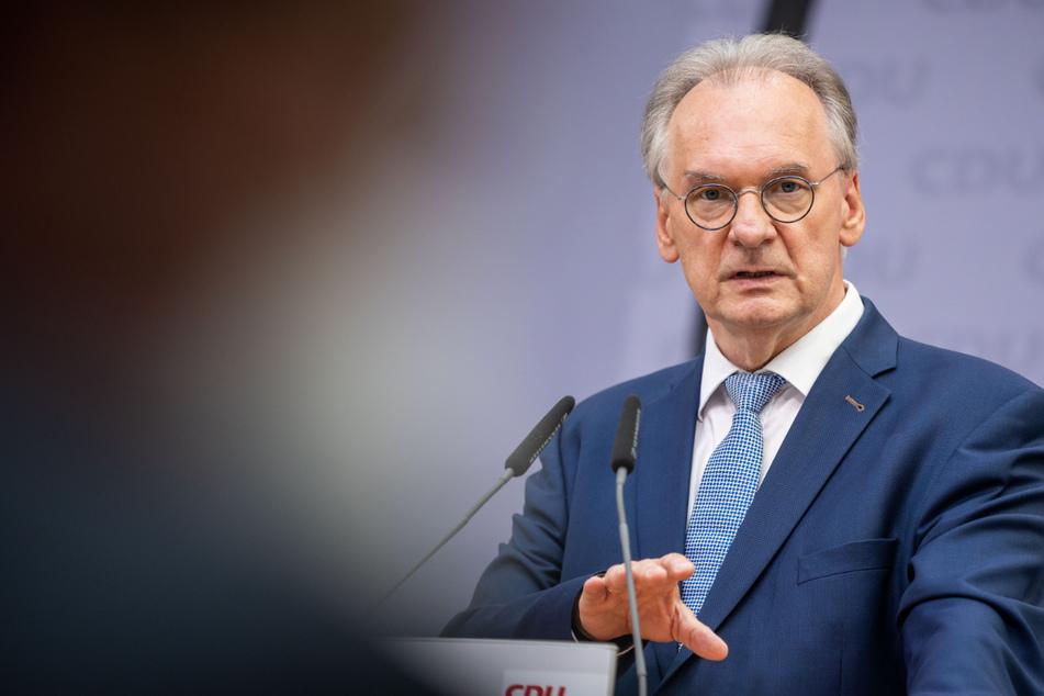 """Sachsen-Anhalts Ministerpräsident Reiner Haseloff (67, CDU) hat sich am Dienstag zu dem Angriff auf Demonstranten in Seehausen geäußert und diesen als """"Angriff auf unseren Rechtsstaat"""" verurteilt."""