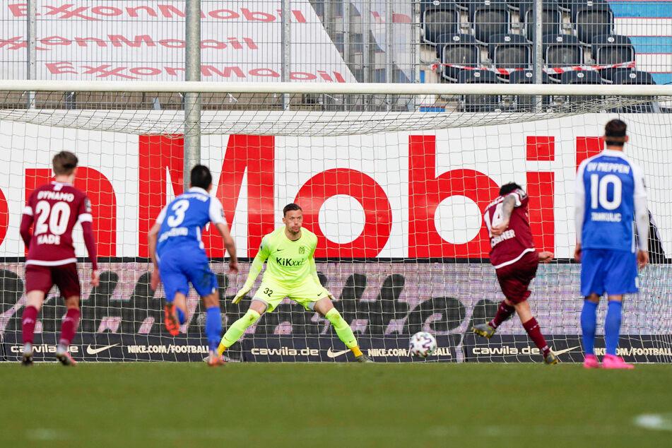 Philipp Hosiner (2.v.r.) trifft vom Elfmeterpunkt zum 3:0 für Dynamo. Meppens Keeper Erik Domaschke (M.) hatte hier keine Chance.