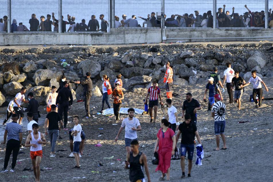 Der Radiosender Cadena Ser meldete, dass allein am Montag mehr als 5000 marokkanische Migranten auf spanisches Gebiet gelangt sind - so viele wie noch nie zuvor an einem Tag.