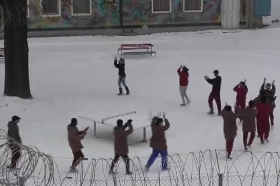"""Häftlinge und Gefängniswärter tanzen gemeinsam """"Jerusalema"""" im Knast"""
