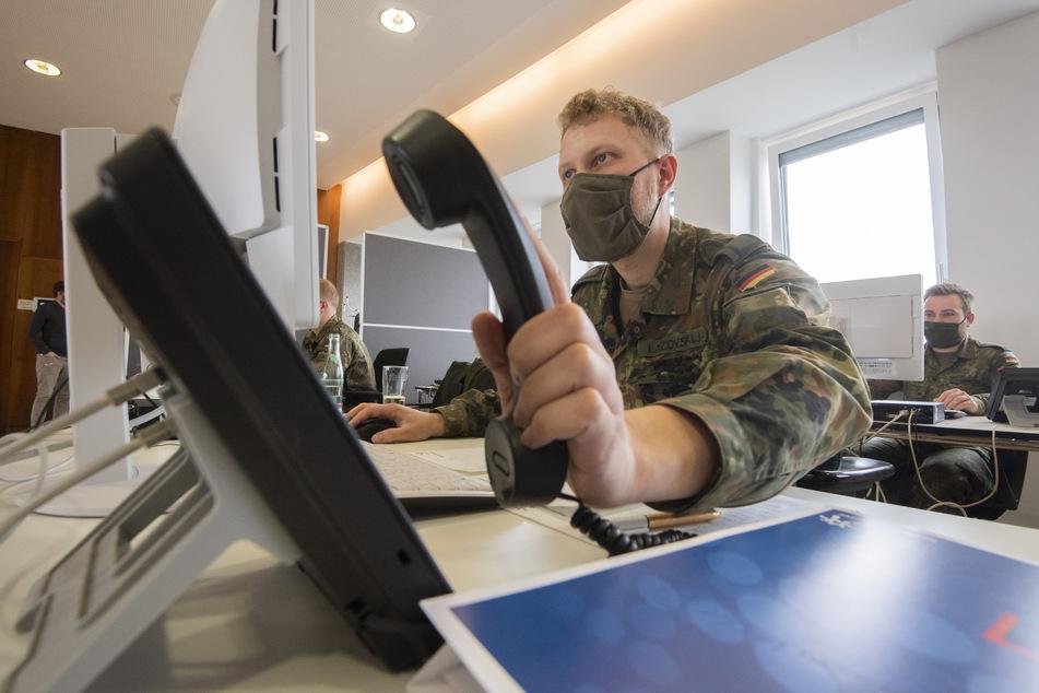 Soldaten der Bundeswehr helfen der Region Hannover bei der Nachverfolgung von Infektionsketten von dem Coronavirus. Die Gesundheitsämter in Niedersachsen arbeiten nach Angaben des Landkreistages an der Belastungsgrenze.