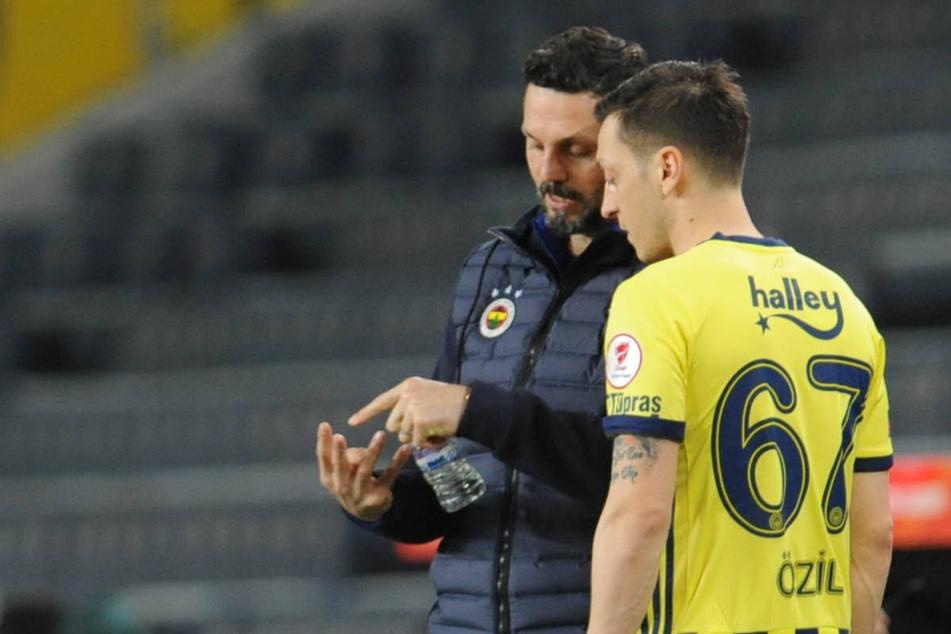 Erol Bulut (46) ist nicht länger mehr Coach von Mesut Özil (rechts), der erst im Winter nach Istanbul kam.