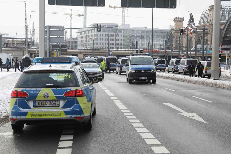 Polizei ist mit einem Großaufgebot am Dresdner Hauptbahnhof.
