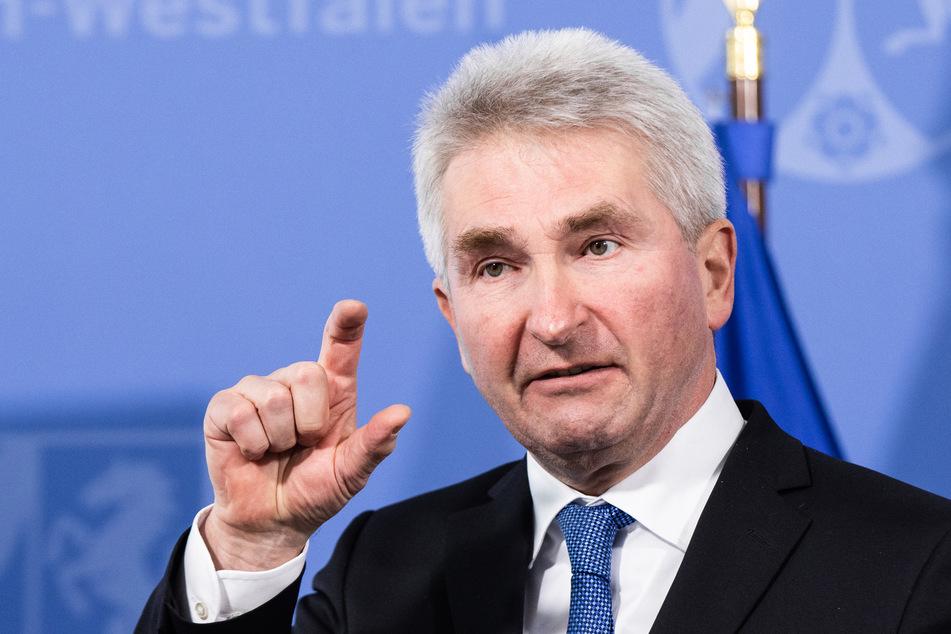 Im Ringen um höhere Klimaschutz-Ziele hat Wirtschaftsminister Andreas Pinkwart (60, FDP) auf die Bedeutung von Arbeitsplätzen in der Industrie hingewiesen. (Archivfoto)
