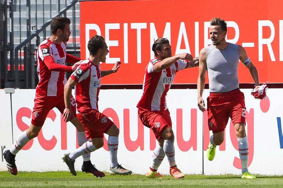 Sebastian Schuppan (r.) bejubelt sein 2:2-Ausgleichstor. Später weinte er vor Glück, denn sein Tor reichte den Würzburgern zum Aufstieg.