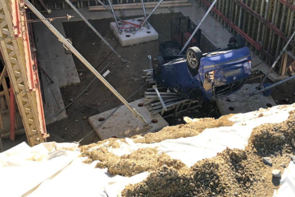 Fahrer übersieht Baustelle und stürzt samt Auto sechs Meter in die Tiefe