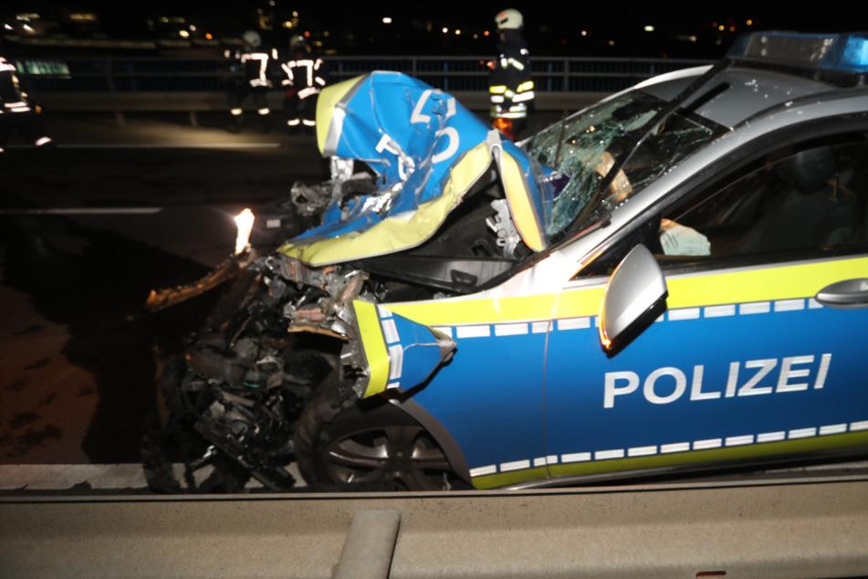 Heftiger Crash! Auto kollidiert mit Polizeistreife: Drei Verletzte